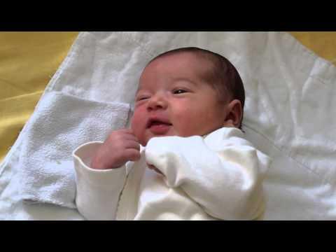 Почему новорожденный кряхтит и тужится во сне, причины