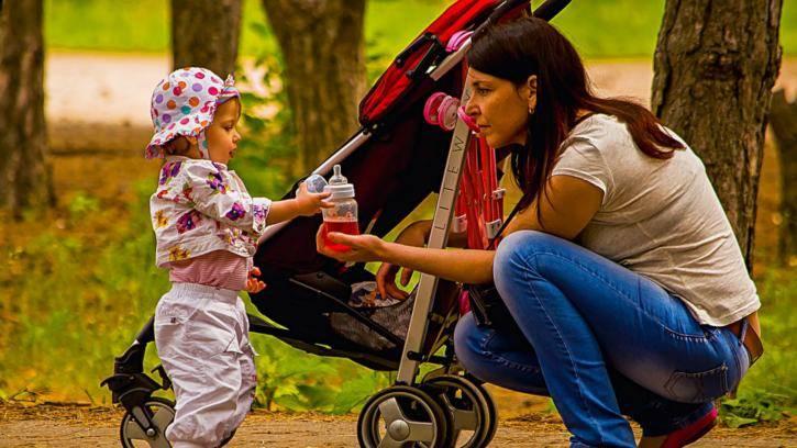 Летняя прогулка с грудничком: что взять маме и как одеть ребенка