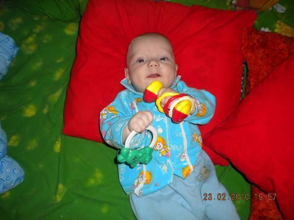 Когда ребенок начинает сидеть? во сколько месяцев и в каком возрасте, со скольки можно сажать, садиться, самостоятельно, когда грудничок