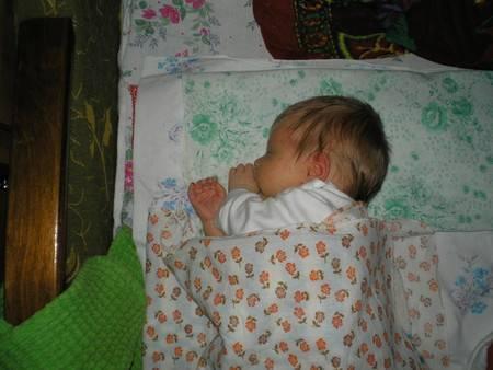 Советы, как отучить ребенка от пеленания и качания