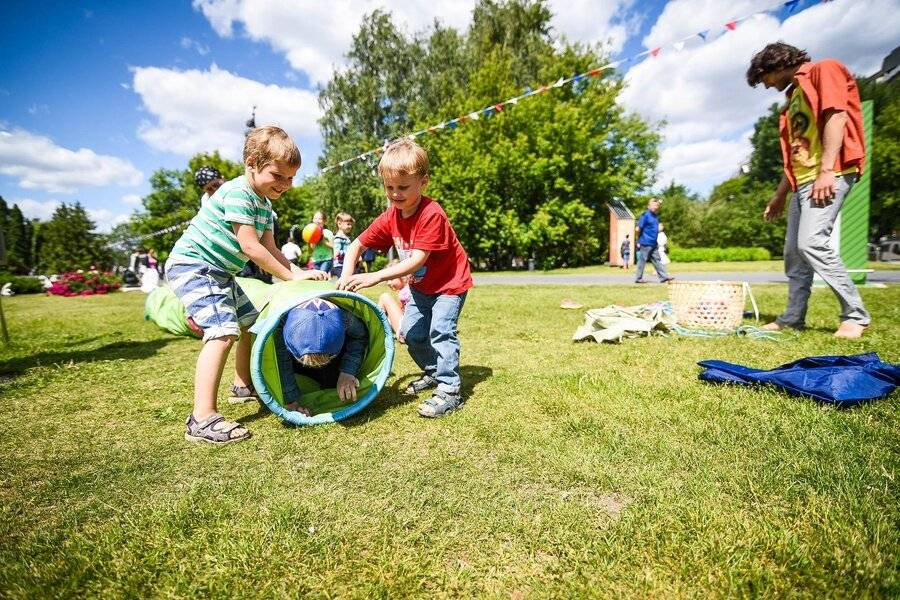 Чем занять ребенка летом: что делать на каникулах дома или на даче