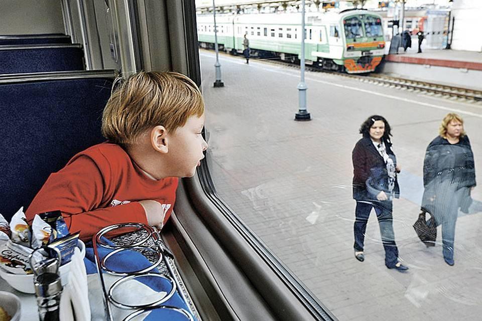 Ребенок едет в поезде без родителей