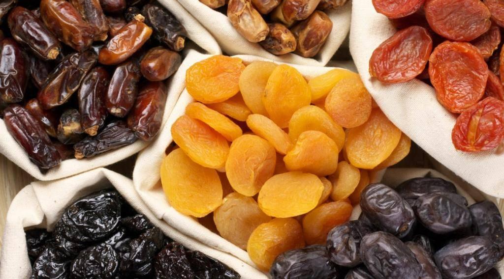 Чернослив при грудном вскармливании и другие сухофрукты, которые можно при гв: курага финики, сушеные груши и яблоки, разрешен ли компот кормящим мамам в первый месяц