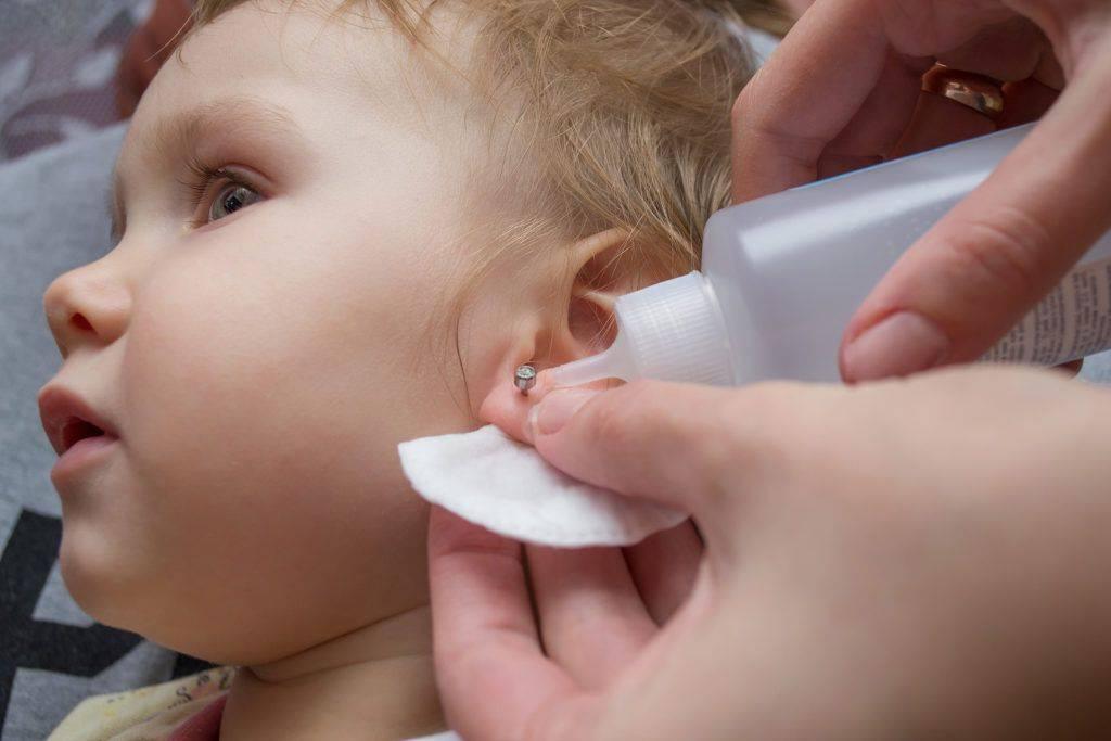 Когда прокалывать уши девочке: мнения и рекомендации