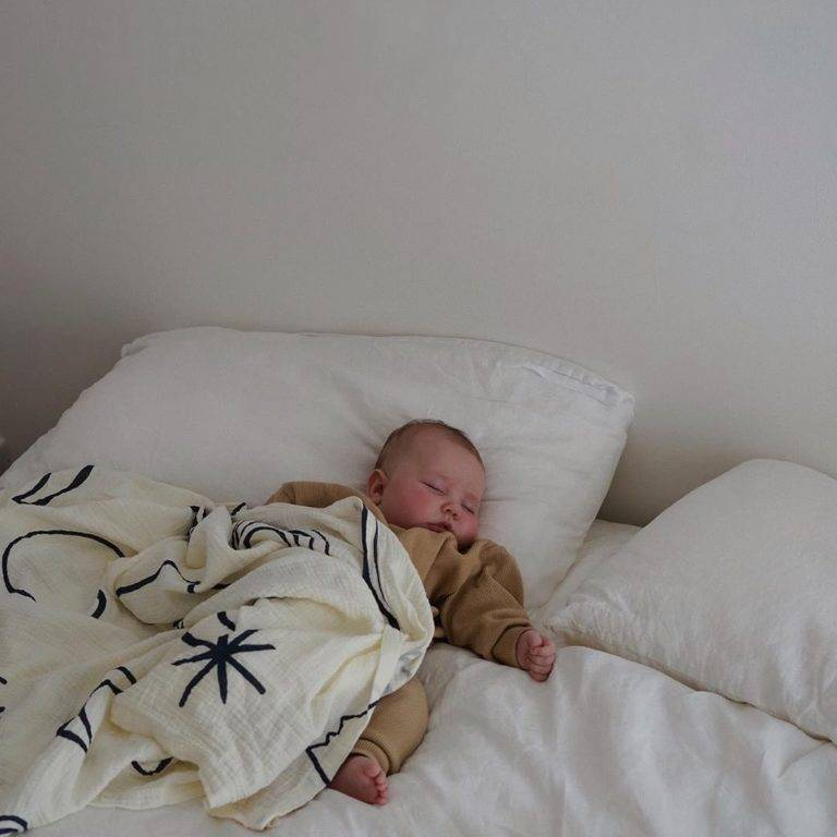 Ребенок спит на животе: можно ли детям засыпать на животе - мнение комаровского
