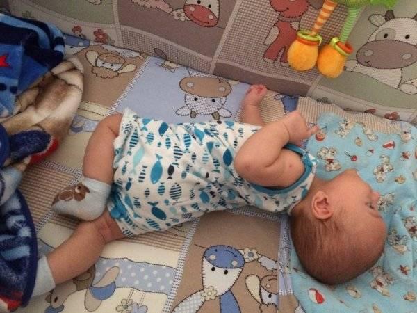 Во сколько месяцев малыш начинает переворачиваться