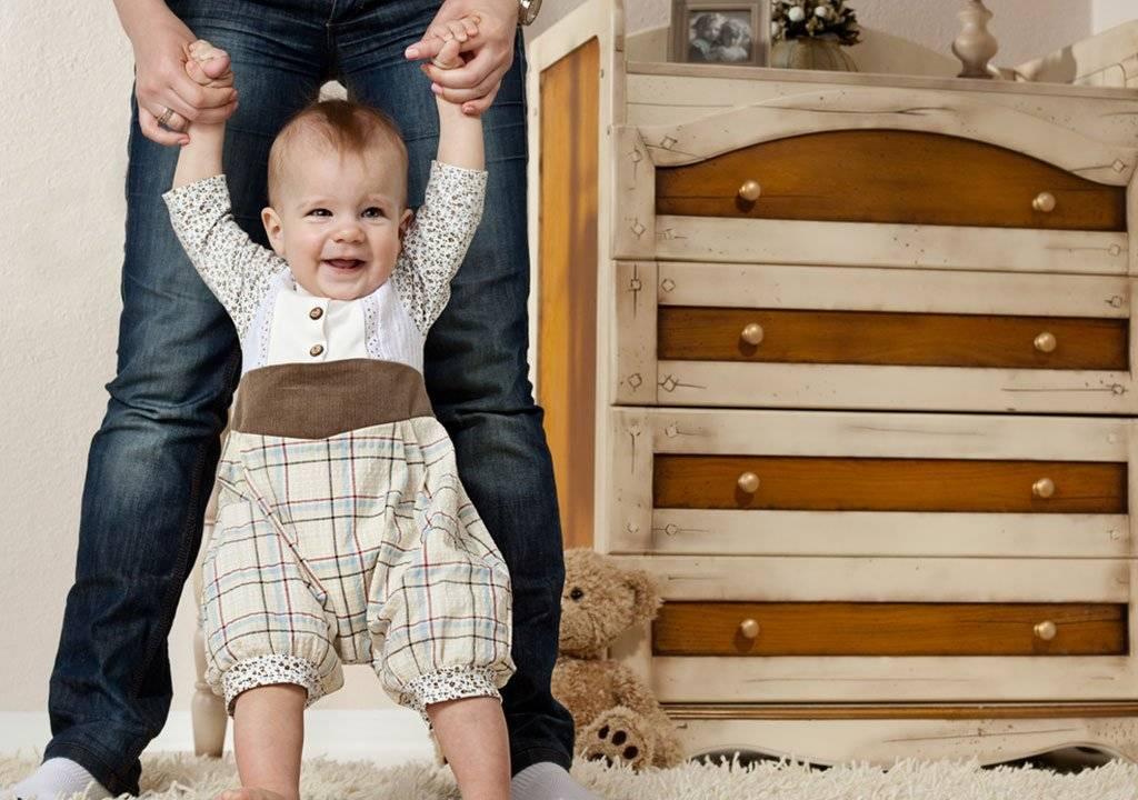Когда можно ставить ребенка на ножки?