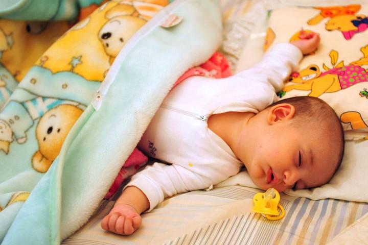 Как приучить ребенка спать в своей кроватке. плюсы и минусы