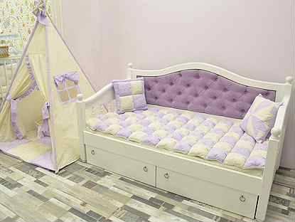 Детская кровать (143 фото): мягкие белые и другого цвета модели кроваток с изголовьем и ограничителем для малышей