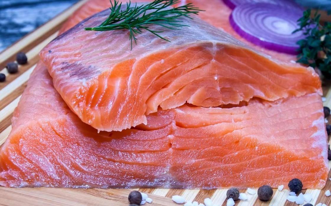 Рыба при грудном вскармливании: можно ли есть кормящей маме в первый и последующие месяцы, особенности употребления при лактации