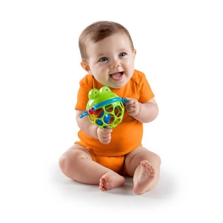 Когда младенец начинает реагировать на погремушки. как развивается слух у детей до года