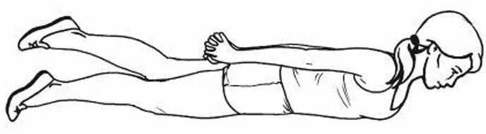 Как научить ребенка держать голову лежа на животе