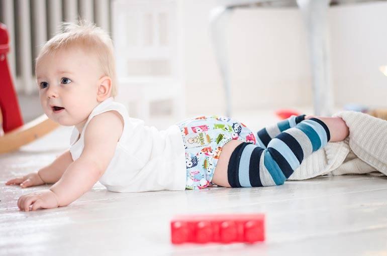 Когда ребенок начинает ползать по-пластунски и как помочь ему обрести навыки