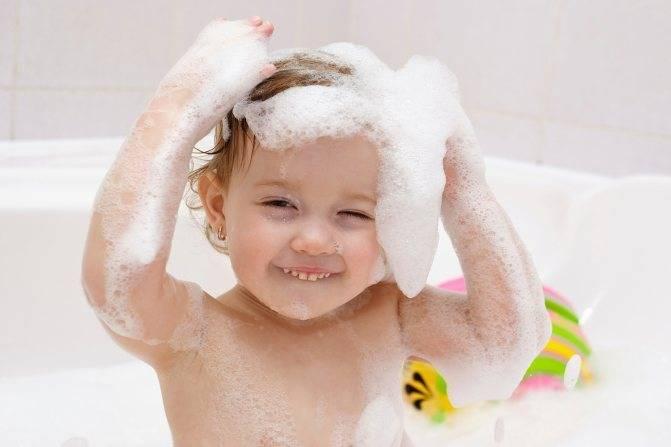 Груднойребенок боится купаться в ванночке, водоемах: что с этим делать?
