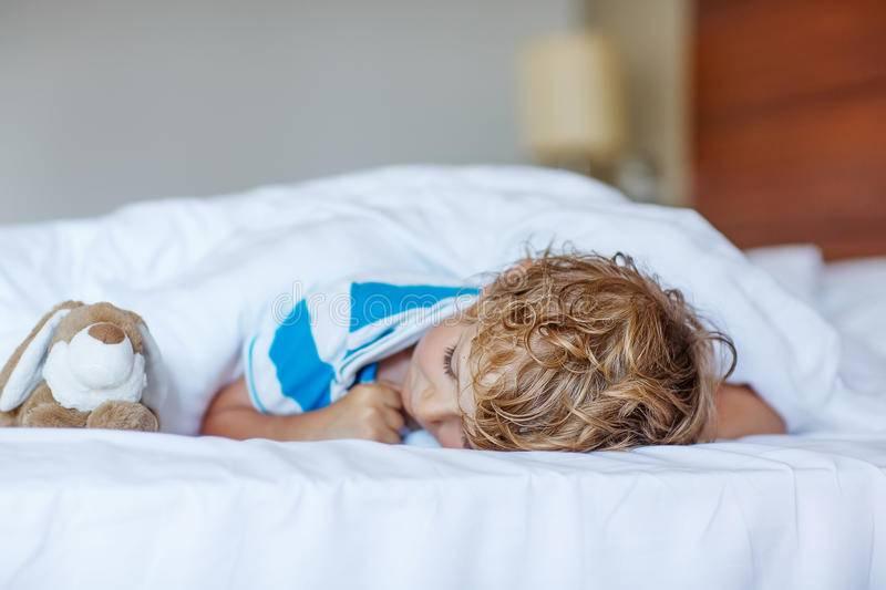 Ребенок не спит в своей кровати приучаем самостоятельно засыпать в своей кровати