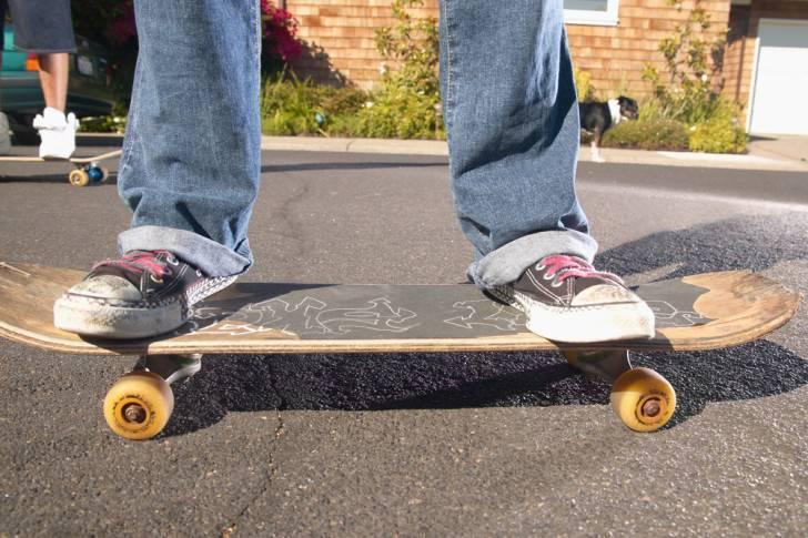 Как научиться кататься на скейте? как правильно ездить на скейтборде начинающим с нуля детям и взрослым? техника катания для новичков