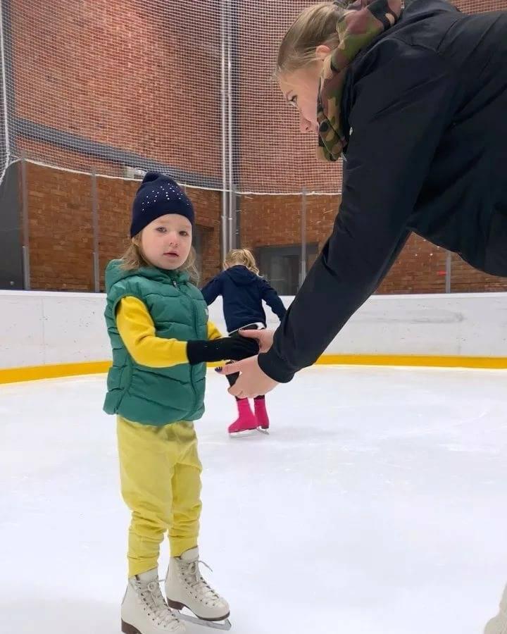 Как научить ребенка кататься на коньках правильно и быстро