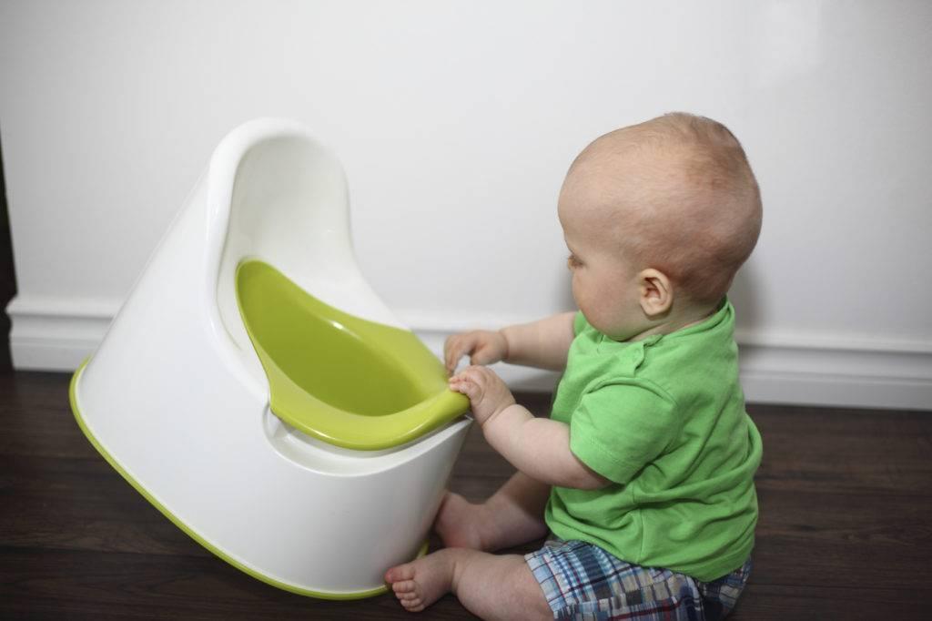 Как правильно приучить мальчика к горшку?