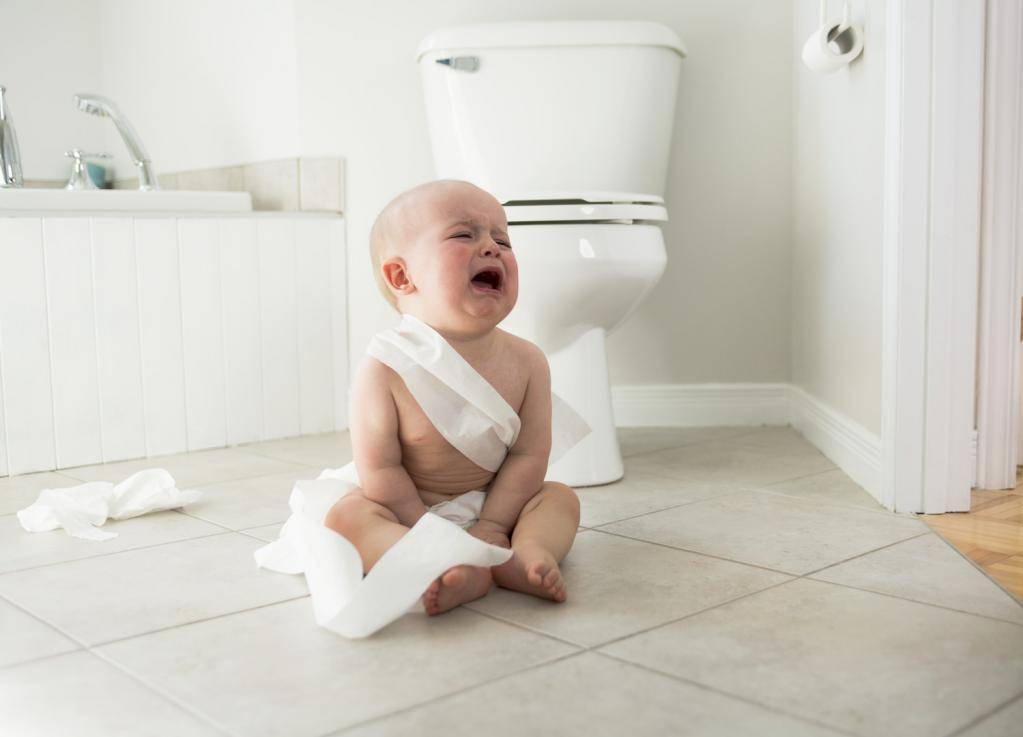 Причины кряхтения новорожденного ребенка: почему постоянно тужится во время сна