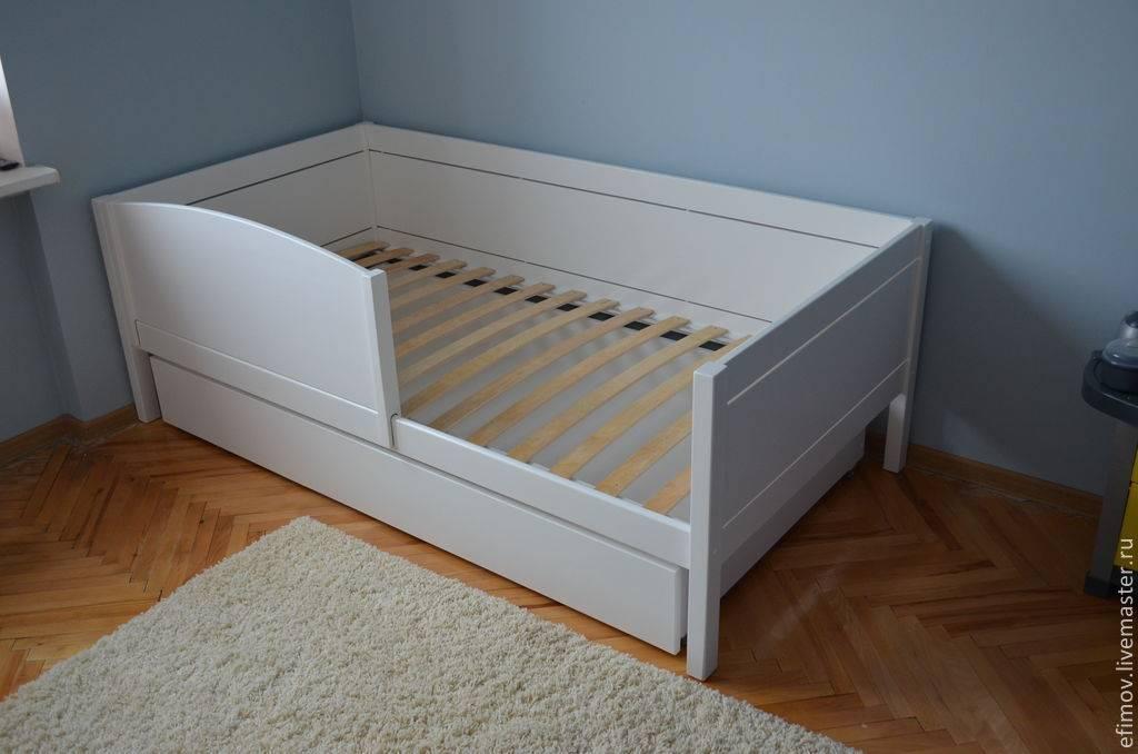 Детская кровать с ящиками и бортиком (68 фото): односпальная деревянная кровать