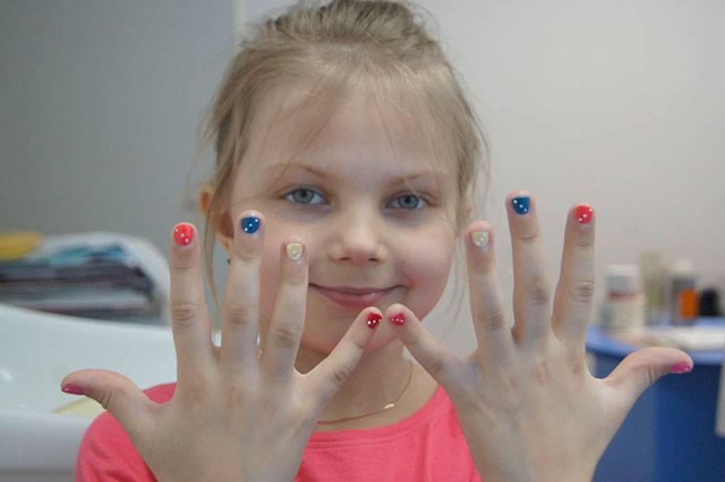 Вредные привычки. ребенок грызет ногти.