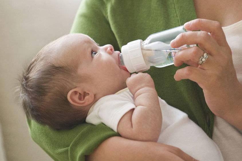 Почему ребёнок пьёт много воды, чем это грозит?