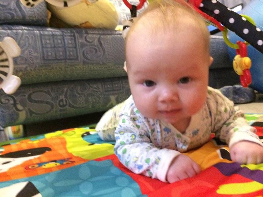 В 2 месяца ребенок не держит голову: должен ли держать ее лежа на животе, почему плохо, держит