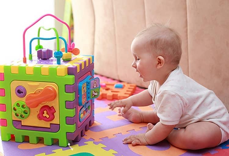 Игрушки для новорожденных. чек-лист из 14 вещей, которые точно пригодятся
