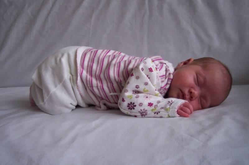 Почему новорожденные не спят весь день: есть ли повод беспокоиться?
