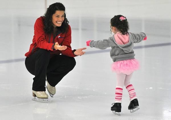 Как играючи научить ребенка кататься на коньках