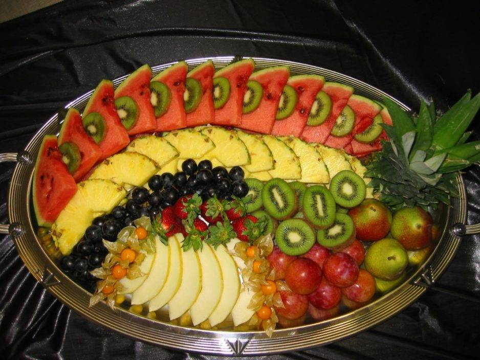 Нарезка фруктов (26 фото): как красиво нарезать фрукты праздничный стол? оформление фруктового ассорти в домашних условиях пошагово