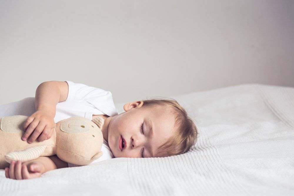 Грудничок вздрагивает во сне и просыпается – какие причины и что делать 2021