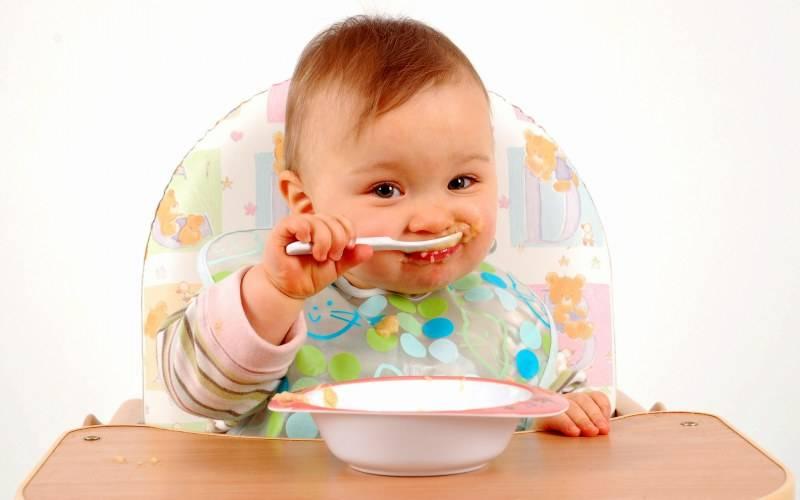 Как научить ребенка кушать ложкой самостоятельно. комаровский: советы главного педиатра
