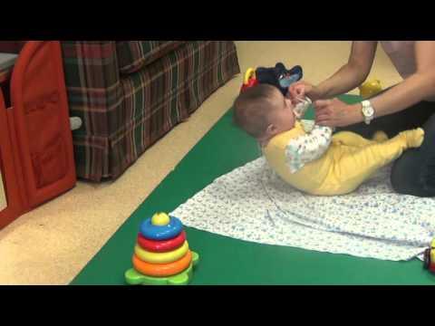 Когда ребенок начинает держать голову: новые требования в педиатрии | все для детей