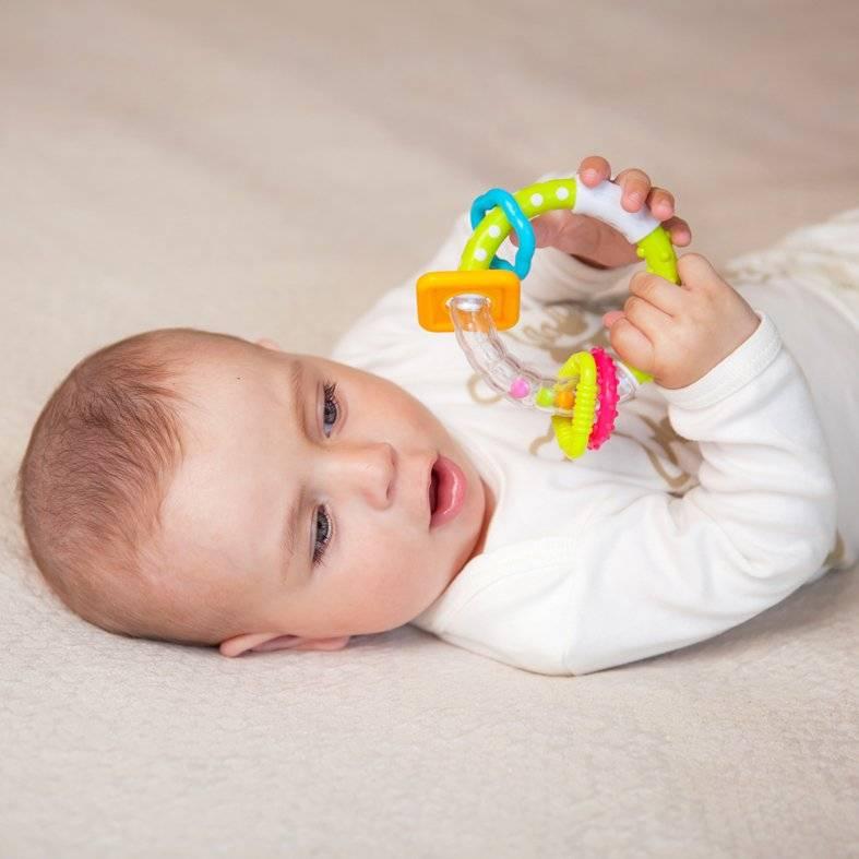 Погремушки для новорожденных: с какого возраста и какие лучше?