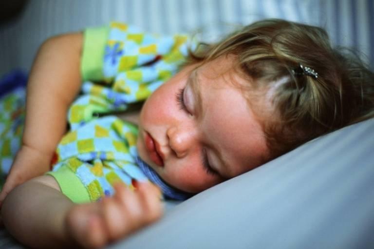 Опасные последствия и советы по лечению, если у ребенка потеет голова во сне