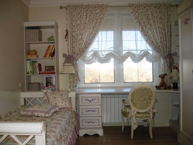 Короткие шторы в спальню до подоконника для деревенского дома с маленькими окнами
