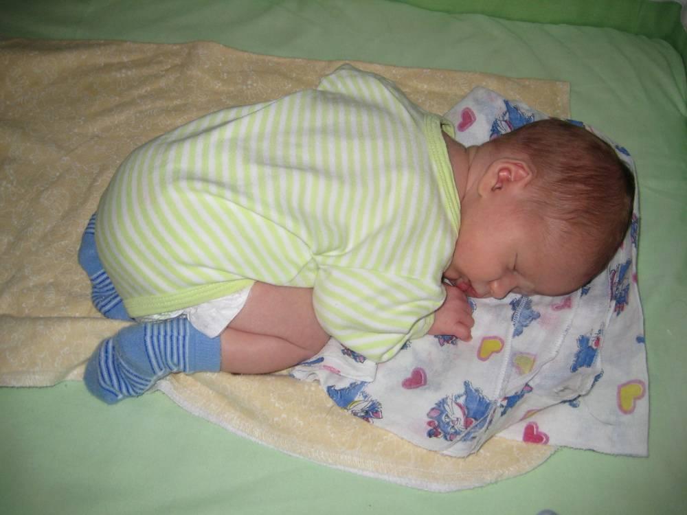 Во сколько ребенок начинает переворачиваться на бок в первый раз, в каком возрасте малыш уже переворачивается на бок со спины или живота