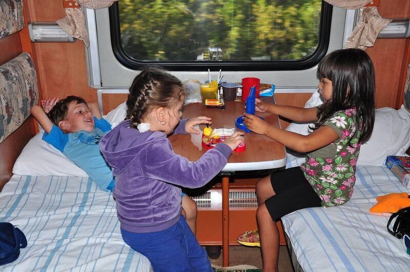 Перевозка детей в поезде: билеты для младенцев, до 5 лет, поездка без родителей. - права семей
