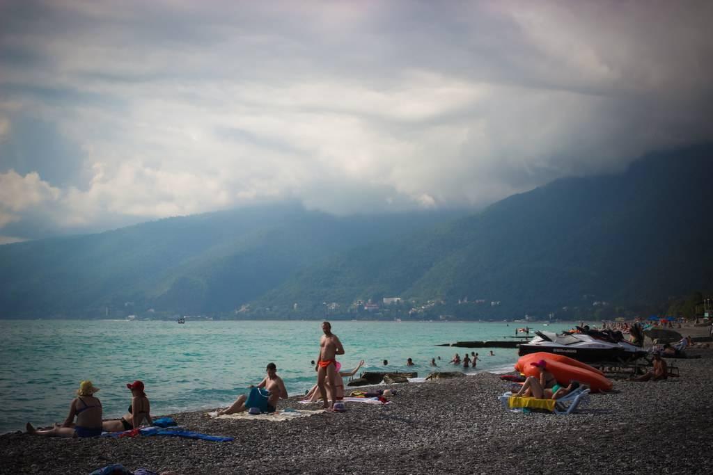 Где отдохнуть в абхазии с детьми на берегу моря: курорты и размещение