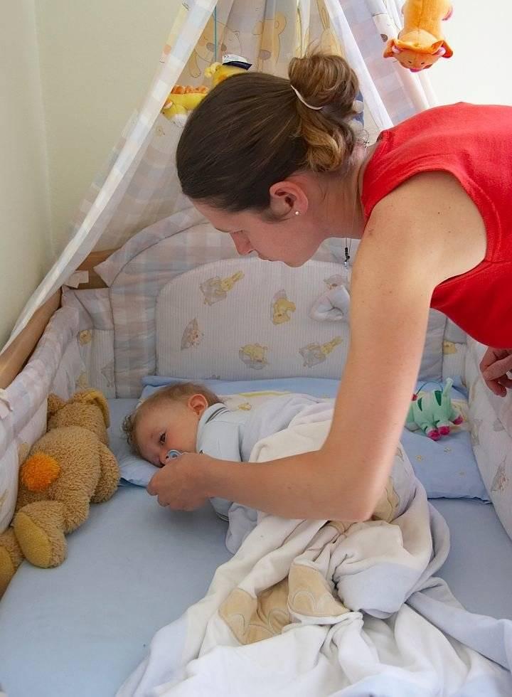 Как научить малыша спать в кроватке?